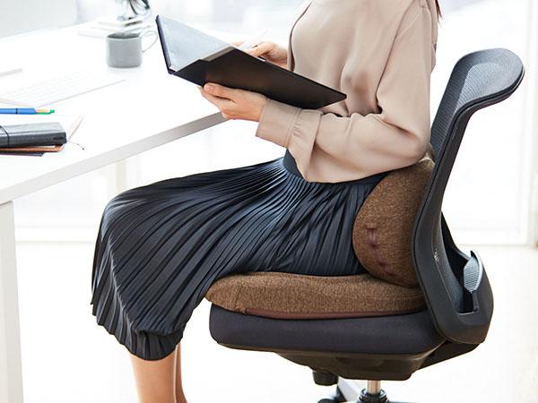 背をソフトにサポートしながら、座で圧をしっかり分散。