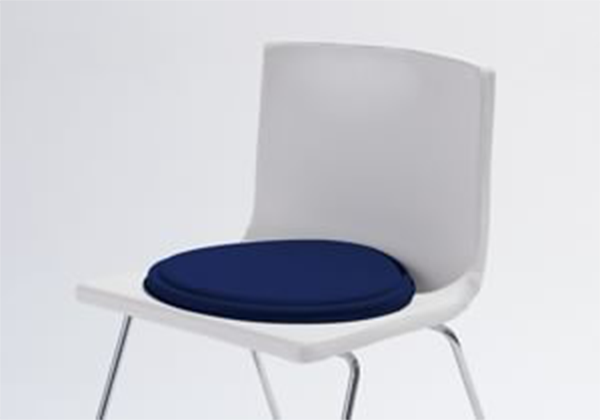 いつもの椅子に<br /> 置くだけのプニ。