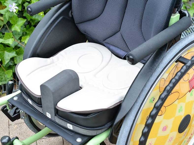 アウルキッズの座位保持性を強化した調整可能な小児用クッション